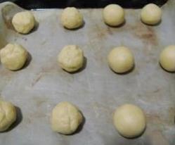 杏仁味【雪球】,揉12个25G左右的圆球,排入烤盘,烤箱预热170度,中层烤18分钟。