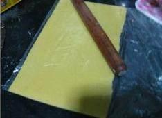 可可曲奇卷,从保鲜袋取出面片时,一定要把保鲜袋剪开,轻轻取出,不然面片太薄,而且没有出筋,就会断裂。