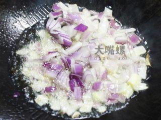 """黄金芝士焗意""""粉""""丨大嘴螺,在锅中倒适量橄榄油,放入洋葱翻炒"""
