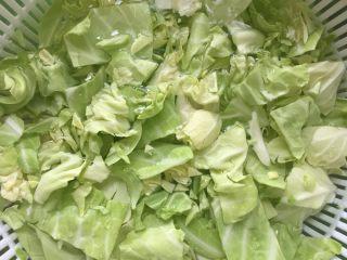 焖菜饭,卷心菜手撕 用水泡半小时以上  为了泡去残余农药