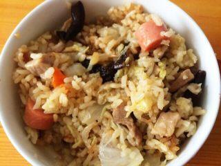 焖菜饭,将所有原材料及调味料放到电饭锅内 与大米一起混合。放水量要比平时蒸米饭的水稍微多一点  因为有土豆比较吸水。 打开电饭锅蒸饭程序就可以了