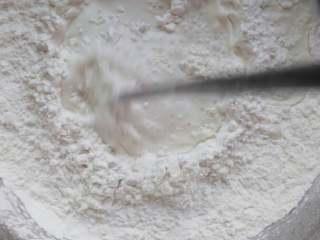 ≈大米发糕≈,把泡打粉加入粘米粉中混合均匀,再倒入糖水,搅拌均匀