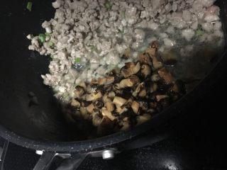 糯米烧卖,继续加入香菇翻炒