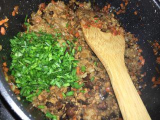 糯米烧卖,所有的食材都均匀后,关火,最后放入葱段拌匀