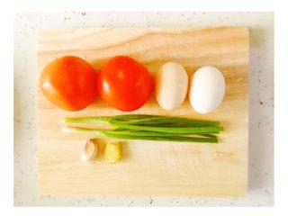 有一种幸福叫番茄炒蛋,-准备材料,将番茄、小葱等洗干净