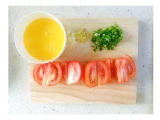有一种幸福叫番茄炒蛋,-将番茄切块 -鸡蛋打碎(可加少量水,鸡蛋更滑嫩) -葱、蒜、姜切碎