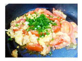 有一种幸福叫番茄炒蛋,-翻炒1分钟,放盐、白糖 -撒上葱花 -翻炒出锅,一盘香喷喷的番茄炒蛋出炉~  🍓