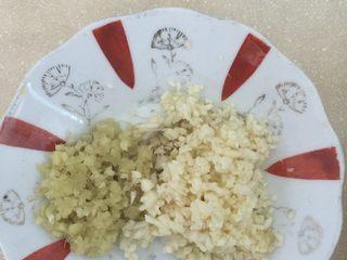土豆排骨焖饭,将生姜大蒜切碎。