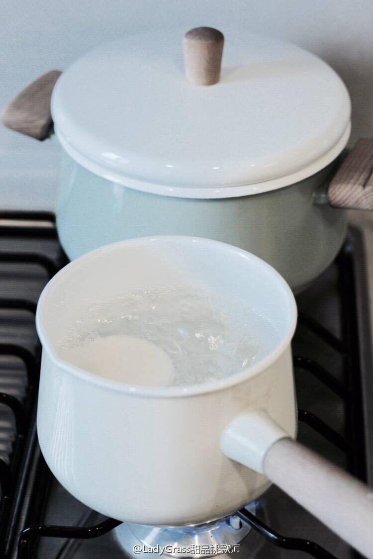 【樱】春日的樱花和菓子,糯米面团按平后在开水中煮至透明