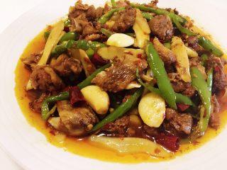 姜爆鸭,调入适量盐味和鸡精,出锅。