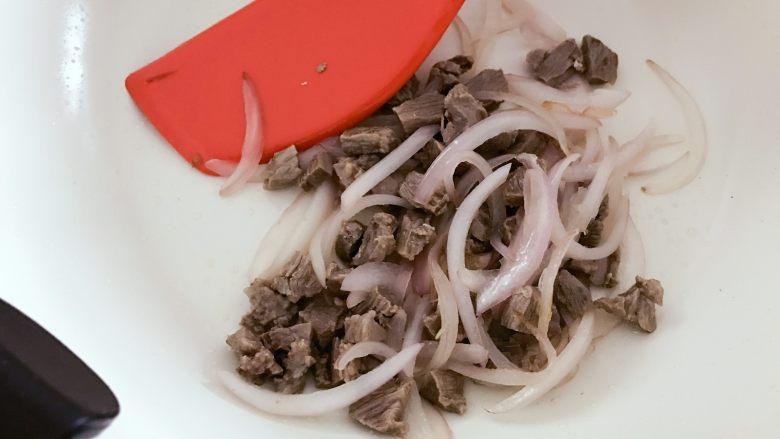 宝宝辅食:有饭、有菜、有肉,啥都有的土豆牛肉焖饭!18M+,加入步骤2中捞出的牛肉丁,中火翻炒2-3分钟。