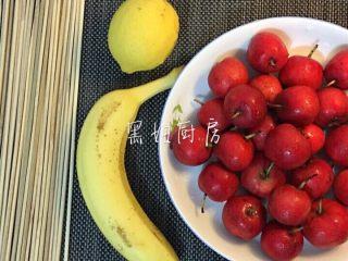 冰糖葫芦,竹签 柠檬 香蕉 山楂 棉白糖 (洗过的山楂一定记得将厨房纸巾吸干水分😄)
