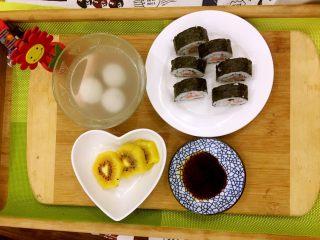 家庭版简单寿司,1、前一天的剩饭稍微热一下 2、这同时把白醋、糖、盐混合调汁(5:2:1的比例) 3、铺寿司帘(没有就用保鲜膜)、整张的海苔