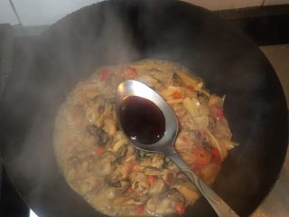 酱爆牡蛎,加入生抽、蚝油、黄酒翻炒均匀
