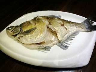 葱油鳊鱼,装盘。