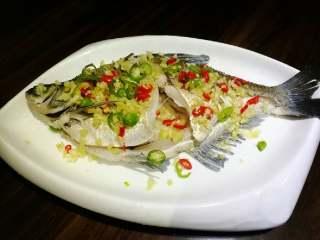 葱油鳊鱼,同时,在鱼身上撒上<a style='color:red;display:inline-block;' href='/shicai/ 37/'>姜</a>、蒜、小米椒。