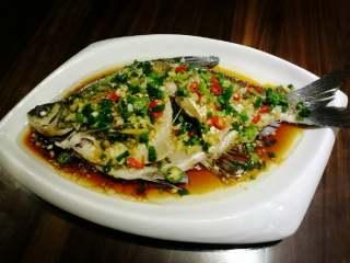 葱油鳊鱼,等油温80度左右时淋上鱼身既可。