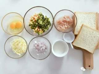 宝宝辅食:什锦咸味早餐面包玛芬,简单营养又美味!18M+,准备好所有食材,鸡肉切丁,什锦蔬菜全部切细丁。