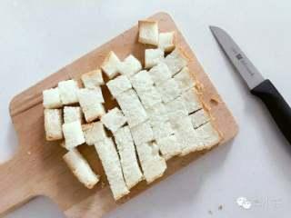宝宝辅食:什锦咸味早餐面包玛芬,简单营养又美味!18M+,把吐司切小方块备用。 》欧包、吐司都可以,不建议用甜味的面包哈。