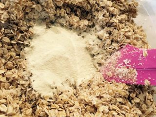 燕麦饼干,加入奶粉,盐和小苏打! 喜欢奶粉的同学可以多加点奶粉! 这里也可以适当的加入你们喜欢的口味,比如融化了的巧克力,抹茶粉等等