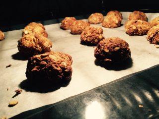 燕麦饼干,在烤箱的灯光下烤成这样就可以拿出来了!这样口感比较香脆,里面的水分也蒸发完毕