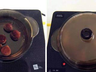宝宝辅食:栗子鸡丝粥,将栗子凉水入锅,煮熟煮软,差不多要煮到20-25分钟。 》也可以用蒸的,小芽个人比较喜欢用煮的,煮的口感更润。 》因为煮的时间比较久,一定要多放点水,不然一下子就煮干了。