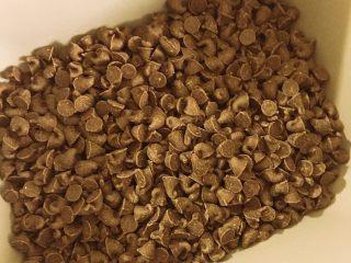 好吃到飞起来的黑眼豆豆,巧克力豆,我用的是特别小粒的巧克力豆,感觉更容易有爆浆流心的感觉。