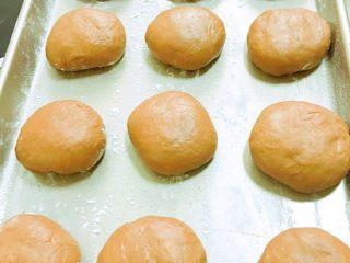 好吃到飞起来的黑眼豆豆,放入模具,轻轻压一下,中间留点空隙。放入烤箱,35度发酵半小时。发酵的时候下面放一个盛满热水的托盘。