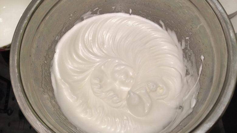 波浪抹茶蛋糕卷,蛋清内放入少许盐、柠檬汁,打至粗泡后分3次加入砂糖,打发至湿性发泡