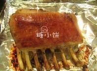 盐焗风味烤羊排,腌好后送入预热好175℃的烤箱中上层。每半个小时翻面,总共烤1个半小时