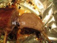盐焗风味烤羊排,从烤箱取出后放在一旁静置15分钟,再切成小块即可。