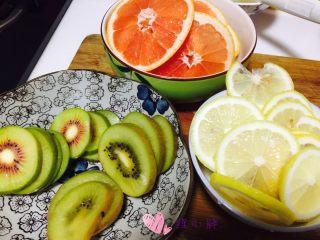 水果茶,水果切片,重点一,一定要切的很薄,这样烤的时候比较方便,图中猕猴桃是第一次考的,错误的示范