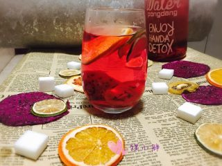 水果茶,水分已经烘干,放在密封罐里能保存很久。只是做的时候需要耐心。不过喝到的那一刻你就觉得值啦。颜色深红是因为红色火龙果里的花青素颜色,放心喝。。