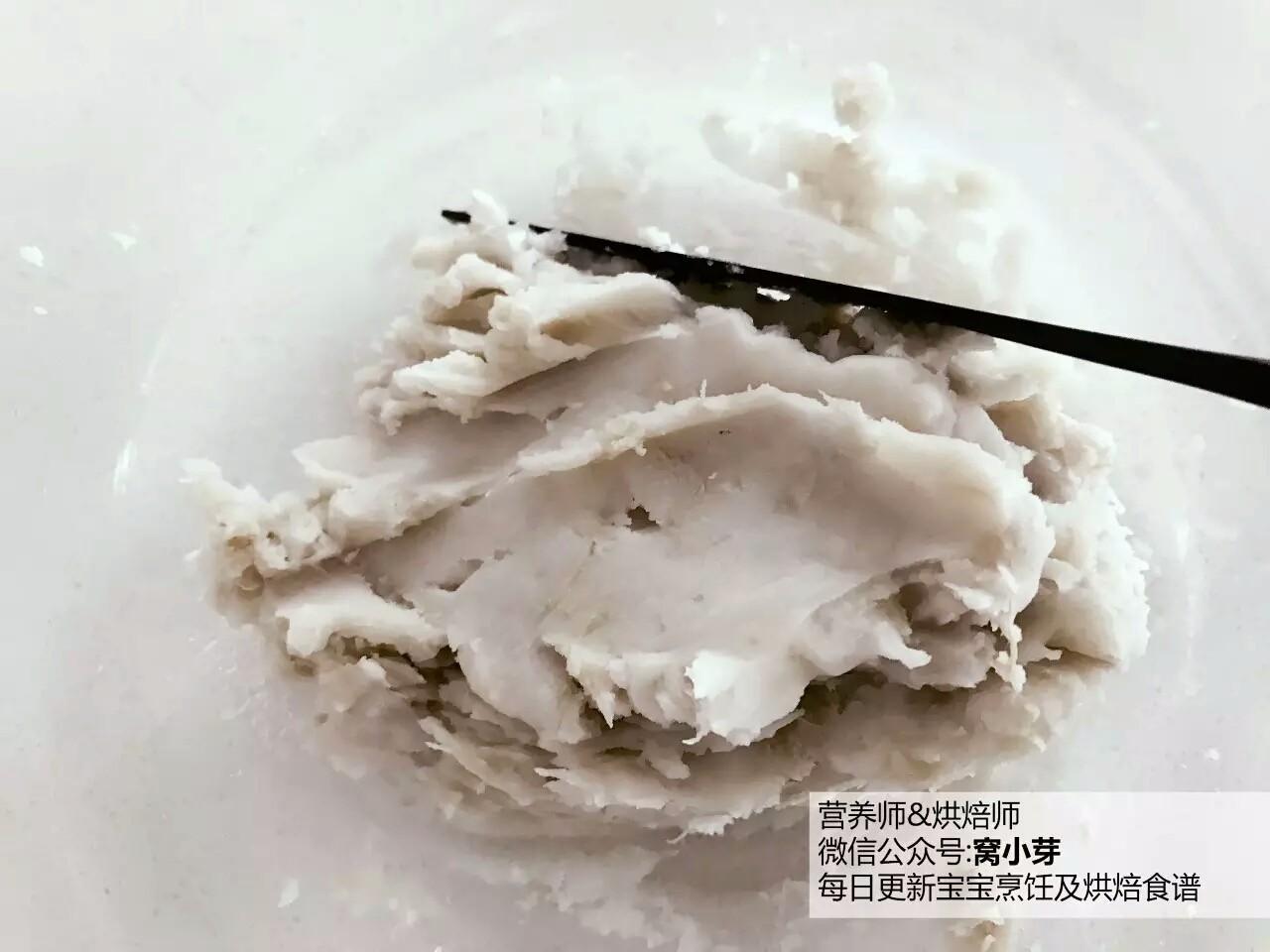 宝宝辅食:芋头蛋卷-好好吃早餐,元气满满地开始一天吧!10M+,把蒸熟的芋头捣烂,加入少许砂糖搅拌均匀,砂糖要趁热加入,如果融化不了,可以连碗放入蒸锅中再加热一会。</p> <p>》如果用的芋头很粉,无法成团,此时可加入少许牛奶搅拌。</p> <p>》芋头本身就微甜,所以小小宝也可以不加糖哈。