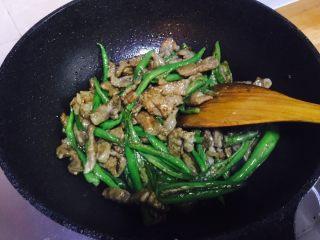 杭椒牛柳,牛柳炒至七层熟倒入之前炒好的杭椒,然后倒入生抽和蚝油继续翻炒片刻(因为腌制牛肉的时候已经放过盐,再加上生抽和蚝油也都是咸的,所以这里就不需要另外放盐了)