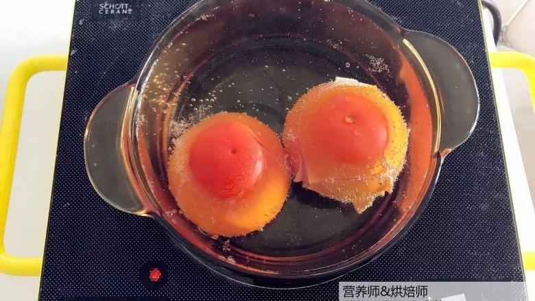 宝宝辅食:番茄鸡肝/猪肝汤,番茄尽量挑选成熟的,顶部用刀划十字。准备一锅清水,煮沸,放入番茄烫一分钟(为了更好剥皮).