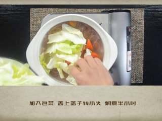 干贝罗宋汤,加入包菜,盖上盖子转小火焖煮半小时