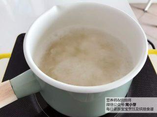 宝宝辅食:健康小甜品,咕噜咕噜,热乎乎喝一碗,超级满足!18M+,将银耳放入汤锅,加入清水,用大火煮开,然后转中火炖煮30分钟。