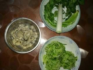 牡蛎水饺,萝卜丝,大葱,生姜,香菜切碎,牡蛎切段混合
