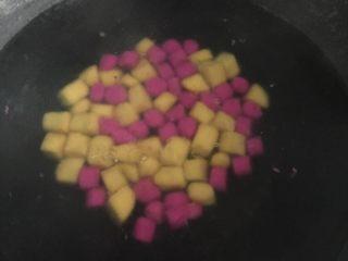 芋圆烧仙草,水煮开放入芋圆煮沸加冷水再煮开捞出