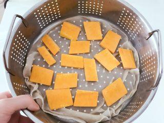宝宝辅食:南瓜银耳羹,南瓜上蒸锅大火蒸约10分钟至熟透软烂,此时用勺子一压就会变成泥。 》大家根据自己的火候灵活掌握时间哈。