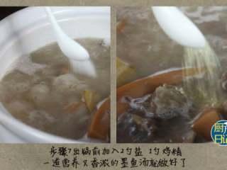 墨鱼排骨花生汤,出锅前加入2勺盐,1勺鸡精