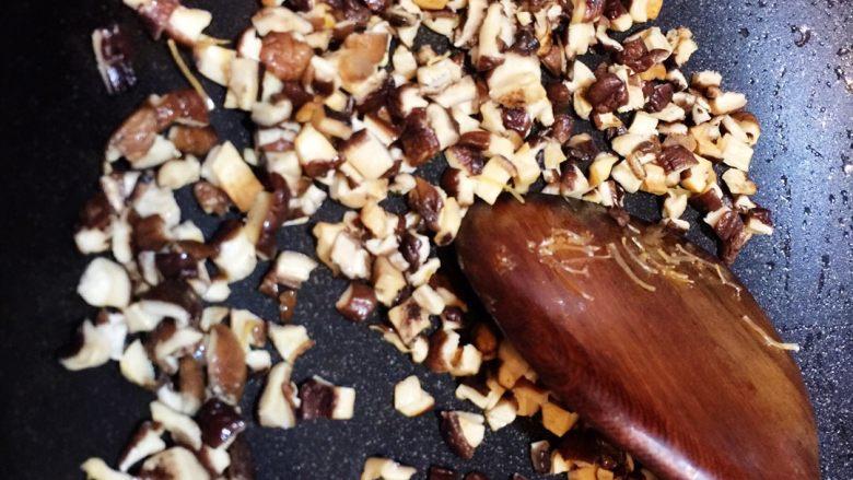 广式萝卜糕,香菇下锅炒出香味(不加油)盛出