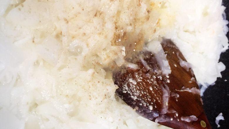 广式萝卜糕,再把所有的萝卜丝挤一挤水加入锅中稍煮片刻,不用煮熟,软身出水即调入少许盐和胡椒粉拌匀