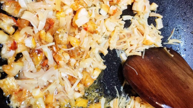 广式萝卜糕,锅里放油爆香虾米、干贝、腊肠
