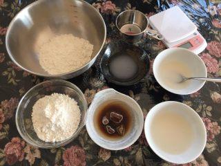 黑白糖双色馒头,🅰️先用80g里的一部分温水溶化酵母,倒入其中一份面粉里用筷子拌均匀《黑糖我买的是大颗的就要先敲碎或者边煮开水边隔水融化,隔水融化加的水还是80g量里的哦,如果买到散的就方便啦》黑糖融化后再加进刚刚已经加了酵母的盘里一起搅拌成絮絮的粉快状🅱️用不烫手的温开水40g溶化酵母,40g温水搅拌溶化白糖加入两一盘面粉里筷子拌成絮絮粉快状