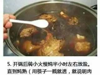 自制酱大骨头+#有个故事#,开锅后。慢火炖半小时,加盐,直到炖熟。