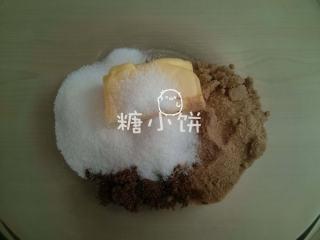 香蕉燕麦巧克力软饼,黄油和盐糖称好分量放在一个碗中。我用的红糖是这边的soft brown sugar,黄糖是soft light brown,质地有点绵白糖那种湿湿的感觉~