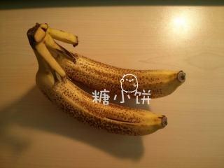 香蕉燕麦巧克力软饼,香蕉要准备这种熟透了的,甜。去皮后压成泥备用