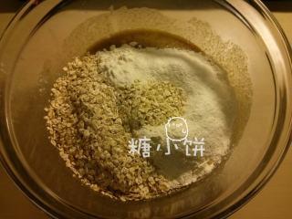 香蕉燕麦巧克力软饼,筛入所有粉类,加入燕麦片拌匀。